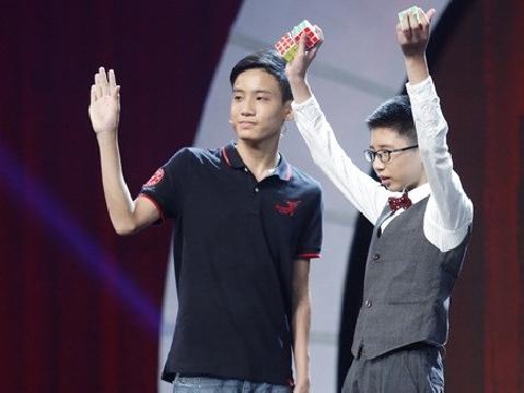 Cậu bé 7 tuổi xoay Rubik bằng cả tay và chân lập kỷ lục Guinness