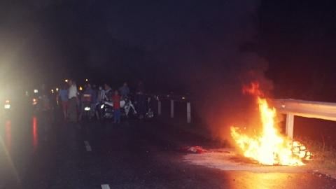 Mạo hiểm kéo tài xế bất tỉnh khỏi chiếc xe đang bốc cháy