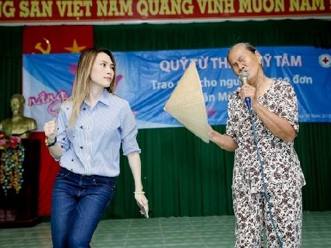 Mỹ Tâm nhảy phụ họa cực hài cho cụ bà hát ''Tôi là tôi''