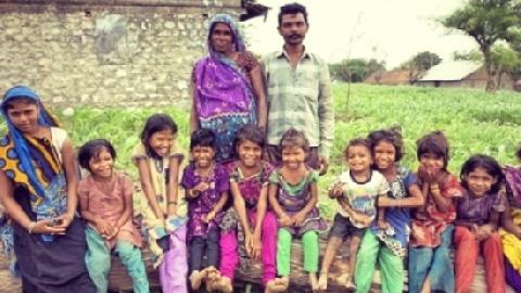 Cặp vợ chồng thất vọng khi sinh 15 cô con gái