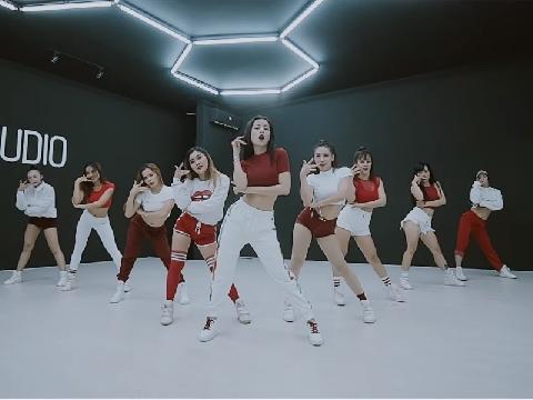 Chi Pu khoe eo con kiến lắc hông siêu gợi trong bản dance ''Từ hôm nay''