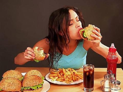 Há hốc với bữa ăn khổng lồ dành cho cô nàng bé nhỏ!