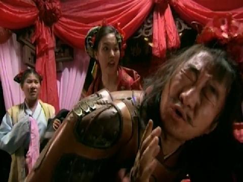 Chú rể mặc áo giáp đòi đánh cô dâu trong đêm động phòng