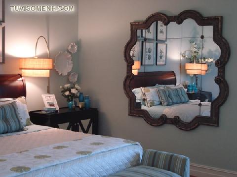 Không đặt gương đối diện két sắt và giường