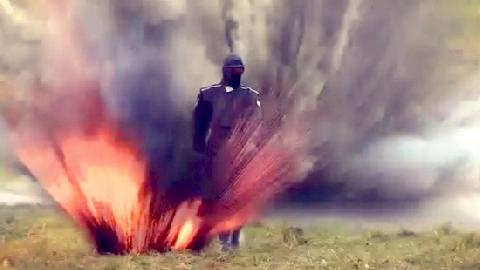Giây phút nữ quân nhân Nga đi giữa bãi mìn đang nổ