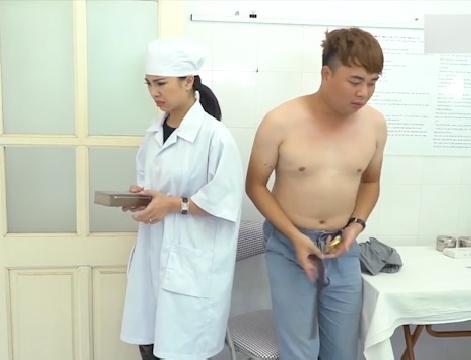 Cô bác sĩ ngượng ngùng vì chàng bệnh nhân