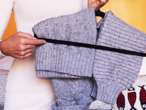 Cách treo áo len để không bị giãn vai áo