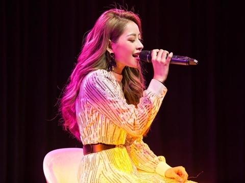Chi Pu tra tấn khán giả Hàn bằng giọng hát live yếu và quên lời