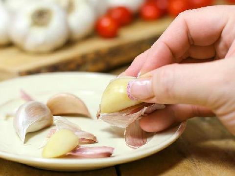 Công dụng bóc vỏ tỏi, cà chua của lò vi sóng