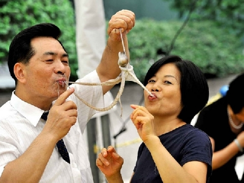 Bị cả bầy bạch tuộc con bám trong miệng sau khi ăn bạch tuộc sống