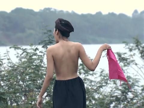 Đỏ mặt xem cảnh diễn viên nữ cởi áo trên sóng truyền hình