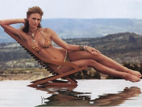 Ngắm đường cong rực lửa đầy mê hoặc của chân dài hàng đầu Hollywood Julie Henderson