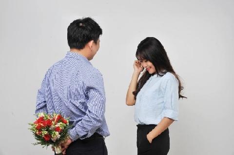 Phản ứng của các cô gái khi được thanh niên 'lầy' tặng hoa