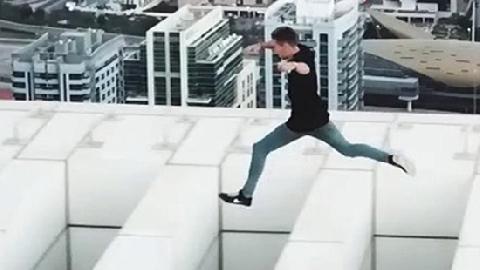 Nam thanh niên chạy trên nóc nhà 43 tầng ở Dubai