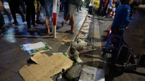 Hồ Hoàn Kiếm ngập rác sau khi đón giao thừa 2018