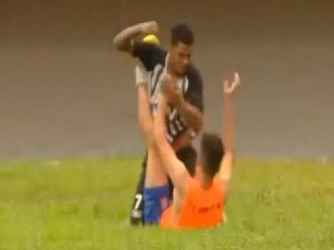 Cậu bé nhặt bóng bị đấm vỡ mũi vì khiêu khích đối thủ