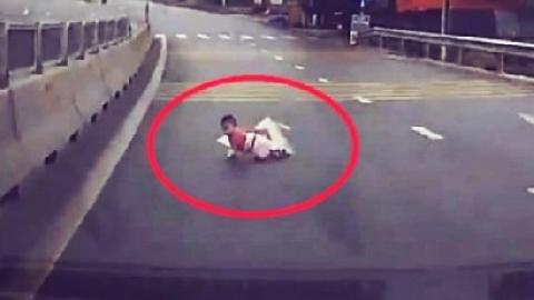 Thót tim em bé bò qua đường quốc lộ