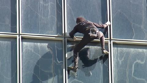Tay không chinh phục tòa nhà cao 48 tầng