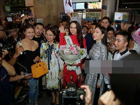 Sân bay 'vỡ trận' khi hoa hậu Hương Giang về nước
