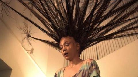 Bí ẩn mái tóc có khả năng tự di chuyển như ma quỷ...