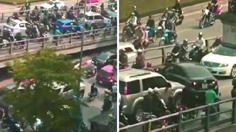 Ô tô ngang nhiên quay đầu trên cầu vượt Hà Nội vào giờ tan tầm