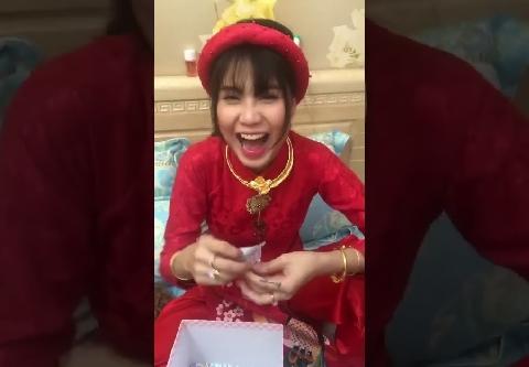 Cô dâu mở quà mừng cưới của lũ bạn thân khốn nạn