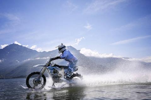 Kinh ngạc cảnh lái xe máy chạy phăng phăng trên mặt nước