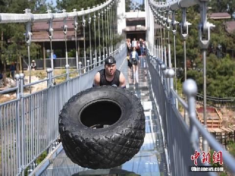 Toát mồ hôi xem cuộc thi lật lốp trên cầu kính ở Trung Quốc