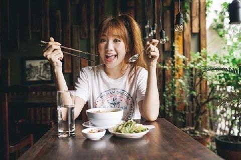 Chết cười khi Hari Won đi uống cafe từ... phân chồn
