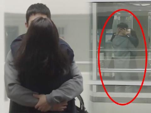 Cặp đôi 'Chị đẹp' hết hôn trên giường giờ lại hôn trong thang máy