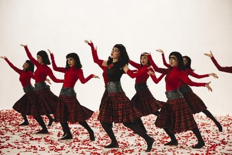 [Chế] Gục ngã trước điệu nhảy ''điện máy đỏ'' của Chi Pu