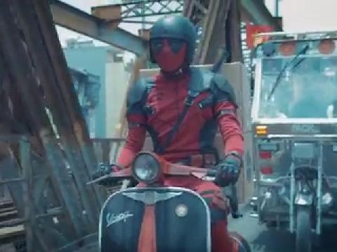 Lộ clip 'thánh bựa' Deadpool đi phát tờ rơi ở Việt Nam