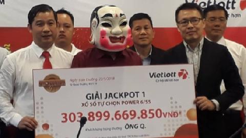Người trúng Vietlott 303,89 tỷ đồng đeo mặt nạ Chú Tễu nhận giải