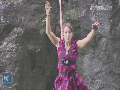 Mạo hiểm đi giầy cao gót trên dây ở độ cao 1.400 mét