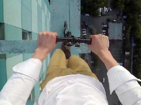 9X liều lĩnh đi xe scooter trên nóc nhà 40 tầng