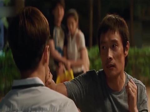 Thanh niên 'hổ báo' đụng độ nhầm cựu vô địch quyền anh Châu Á