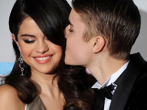 Bạn gái Justin Bieber tiết lộ các bước trang điểm để có làn da căng bóng