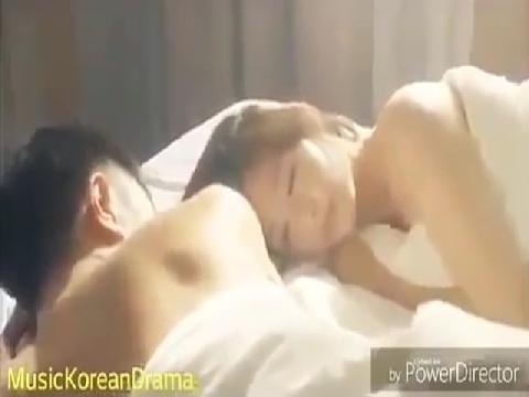 Lộ cảnh nóng bị cắt của cặp đôi 'Hậu Duệ Mặt Trời'