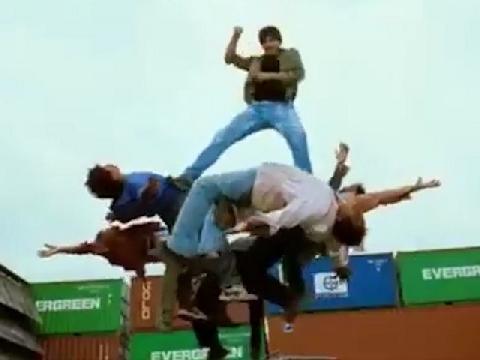 Lại 1 cảnh phim hành động Ấn Độ nữa khiến khán giả 'không thể nhịn cười'