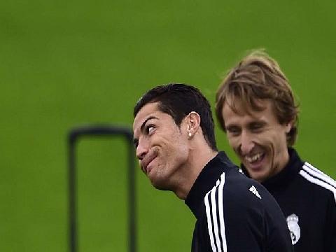 Hài: Ronaldo, Modric cười ngoác mồm sau thất bại của Messi!