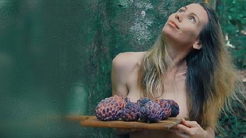 Cô gái bỏ vào rừng, ở trần, ăn hoa quả mà vẫn hạnh phúc