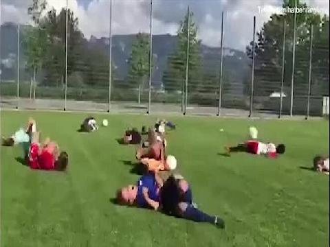 Học sinh đua nhau ngã ăn vạ theo kiểu Neymar