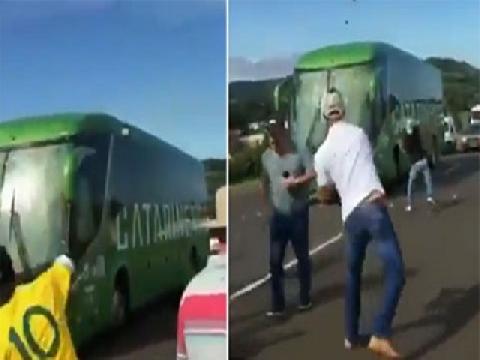 Xe chở Brazil bị CĐV ném đá liên tục khi về nước