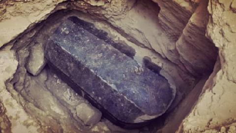 Phát hiện cỗ quan tài đen khổng lồ bí ẩn ở Ai Cập