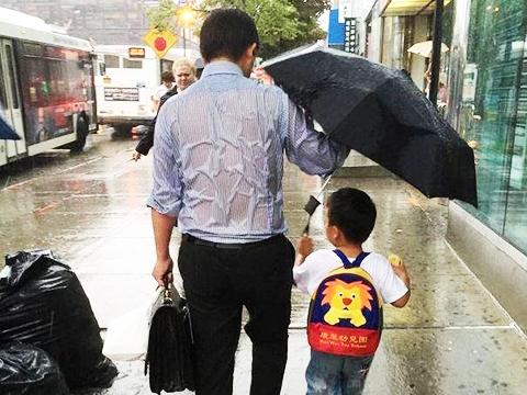 Khoảnh khắc xúc động: cha đứng giữa mưa để nhường áo cho con