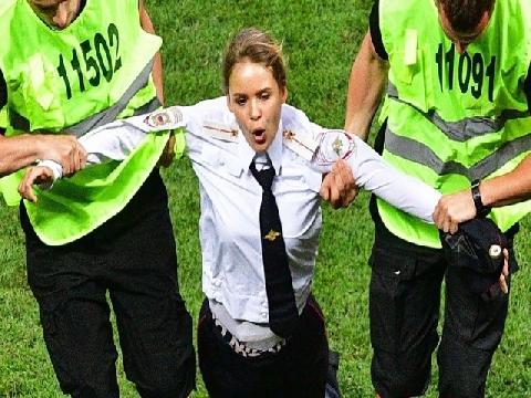 """15 ngày tù cho người đẹp """"phá bĩnh"""" trận chung kết World Cup"""