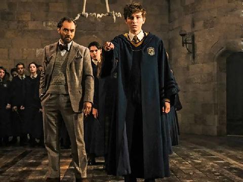 Trailer 'Fantastic Beasts 2' gây bồi hồi xúc động với kí ức về tuổi thơ ở trường Hogwarts
