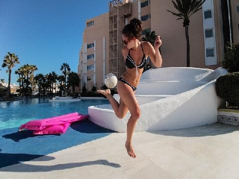 Chân dài tâng bóng cạnh bể bơi cực sexy