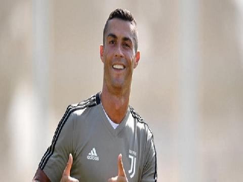 Ronaldo biểu diễn kỹ thuật điệu đà trên sân tập