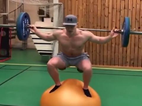 Choáng với màn nâng tạ liên tục khi giữ thăng bằng trên bóng!